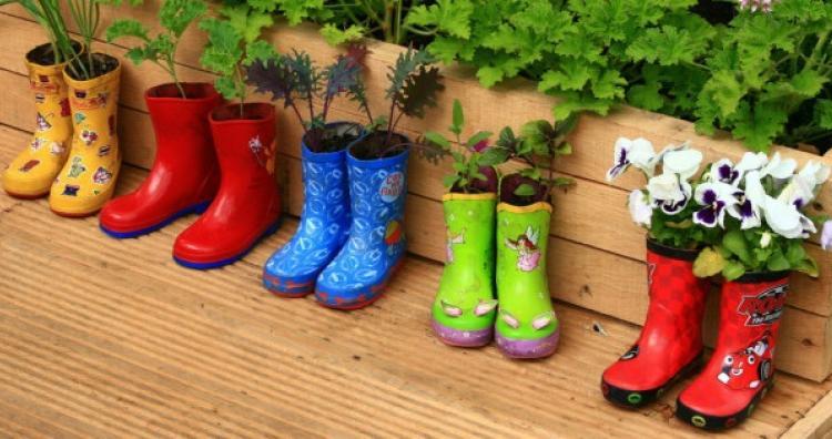 Mit tegyünk a régi bakancsokkal és csizmákkal a kertben?